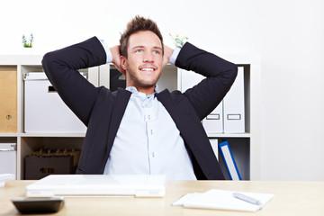 Mann im Büro beim Nachdenken