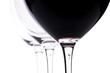 Drei Weingläser mit Rotwein im Gegenlicht