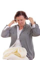 Seniorin macht Rückenübungen