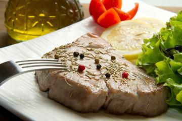 filetto di tonno alla griglia con insalata
