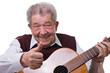 Senior lernt das Gitarrespielen