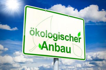 Schild mit ökologischem Anbau und Rapsfeld