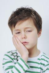 Junge hat Zahnschmerzen