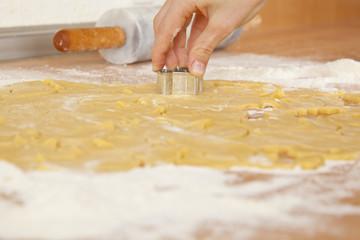 Kinderhand sticht Kekse aus