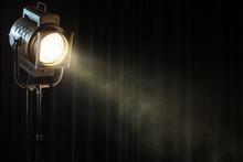 Vintage tache lumineuse théâtre sur le rideau noir de fumée
