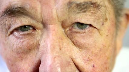 Senior öffnet die Augen