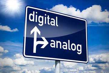 Ortseingangsschild blau mit Digital und Analog