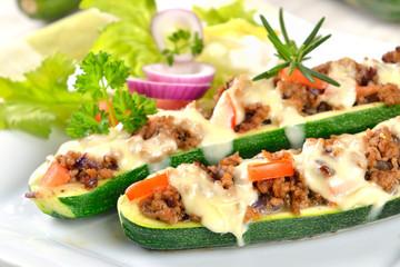Zucchini-Schiffchen mit überbackenem Hackfleisch