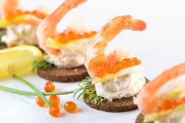 Garnelenhäppchen mit Lachskaviar und Frischkäse