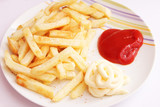 Pommes mit Ketchup und Majo