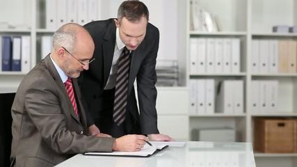 zwei manager im gespräch am schreibtisch
