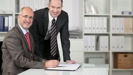 zwei freundliche mitarbeiter im büro
