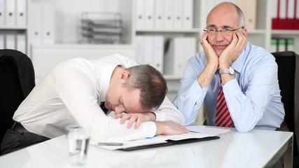 erschöpfte kollegen im büro