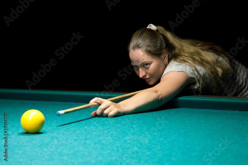 Staande foto woman plays russian billiards