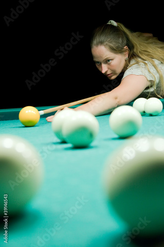 Staande foto Woman aiming for billiard table