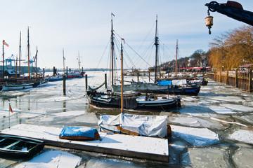 Winter am Hamburger Hafen und auf der Elbe