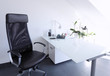 Aufgeräumter Schreibtisch modernes Arbeitszimmer
