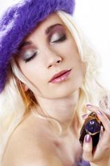 Junge Frau mit Parfüm