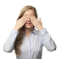 Frau verdeckt ihre Augen