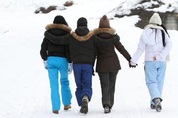ragazzi da dietro sulla neve