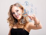 junge blonde Frau wählt Person aus sozialem Netz