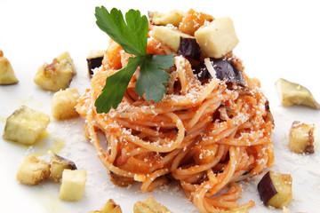 spaghetti alla norma con melanzane e formaggio
