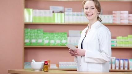 freundliche apothekerin mit einem rezept