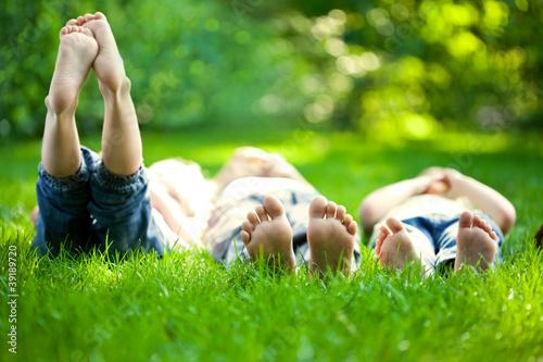 Leinwanddruck Bild Children having picnic