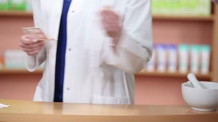 kundin bezahlt medikament in der apotheke