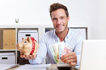 Mann mit Geldscheinen und Sparschwein