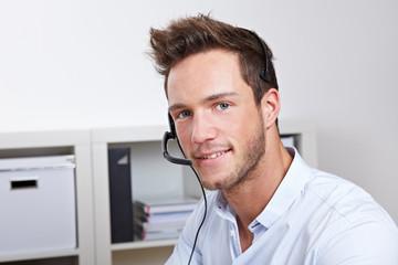 Freundlicher Kundendienst-Mitarbeiter mit Headset