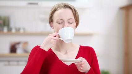 junge frau geniesst ihren kaffee