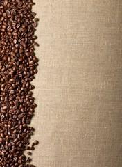 Kaffeebohnen auf Sackleinen – Hintergrund