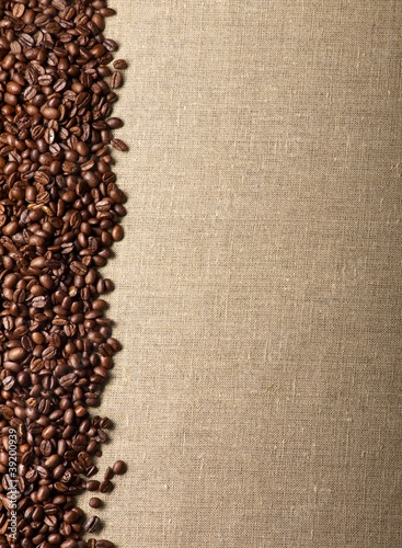 Naklejka Kaffeebohnen auf Sackleinen - Hintergrund