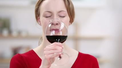 blonde frau genießt ein glas rotwein
