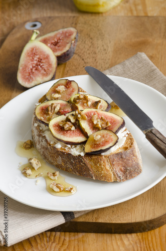 Toast with goats cheese and figs