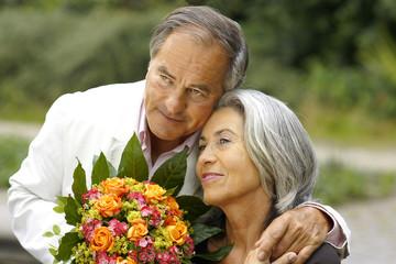 Älteres Paar im Garten