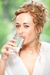 Schlanke Frau mit Glas Wasser