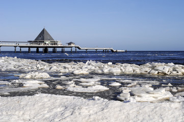 Ostsee im Winter mit Seebrücke am Meer