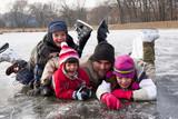 Tata z dziećmi na łyżwach