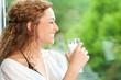 Lächelnde Frau mit Glas Milch