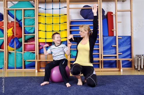 Foto op Plexiglas Fitness Physiotherapie mit kleinem Jungen