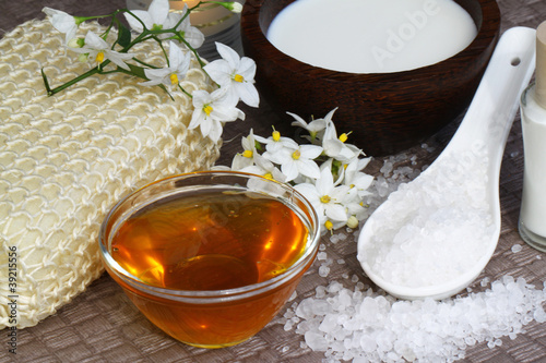 Selbstgemachte Naturkosmetik  mit Salz und Honig