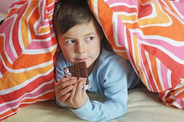 Junge nascht Schokolade