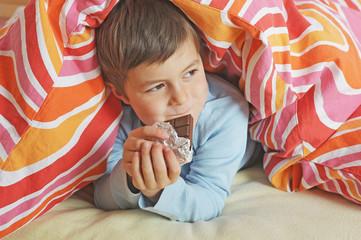 Junge nascht Schokolade b