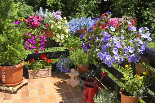 balkon mit sommerblumen stockfotos und lizenzfreie bilder auf bild 39215977. Black Bedroom Furniture Sets. Home Design Ideas