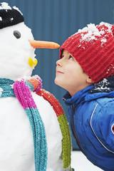 Kind und Schneemann