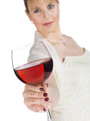junge Frau (22) in festlicher Kleidung mit Weinglas