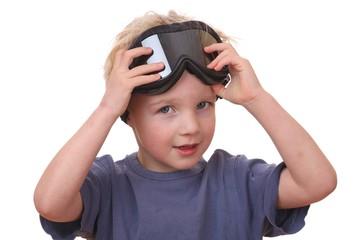 Kleiner Junge mit Skibrille