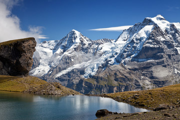 Berge mit See in Alpen